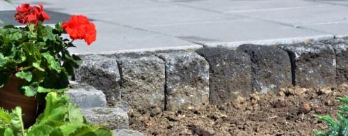 Steinterrasse mit Beeteinfassung